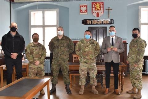 Żołnierze i Burmistrz Lubska stoją w sali posiedzeń