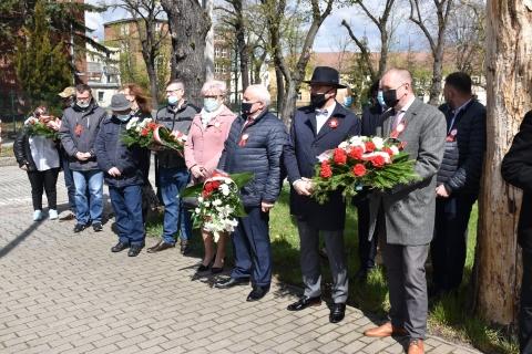 Przewodniczący RM, Burmistrz Lubska, Starosta Żarski oraz radni z kwiatami