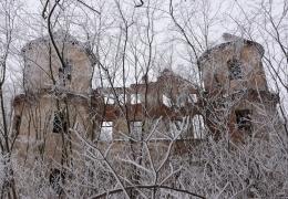 Ruiny dworu w Osieku w zimowej aurze