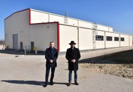 Pan Marek Chromik i Burmistrz Lubska w tle hala UESA