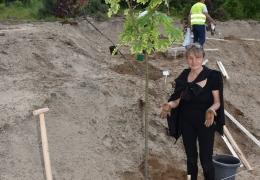 Sadzenie miododajnych drzew nad zalewem Karaś - uczestnicy