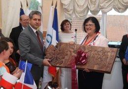 Wręczenie okolicznościowego prezentu przez Burmistrza Lubska