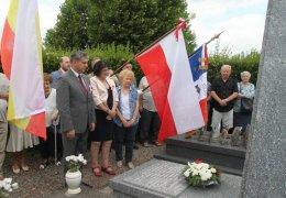 Złożenie kwiatów przed grobem kpt Wł. Ważnego - oficera AK