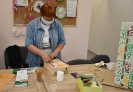 Kobieta obkleja ozdobami pudełko