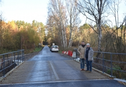Burmistrz Lubska z wykonawcą podczas odbioru  mostu w Tarnowie