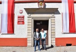 Burmistrz Lubska i starosta żagański przed ratuszem.